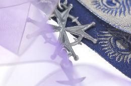 Hugenottenkreuz und Seidenbänder © MKB, Omar Lemke